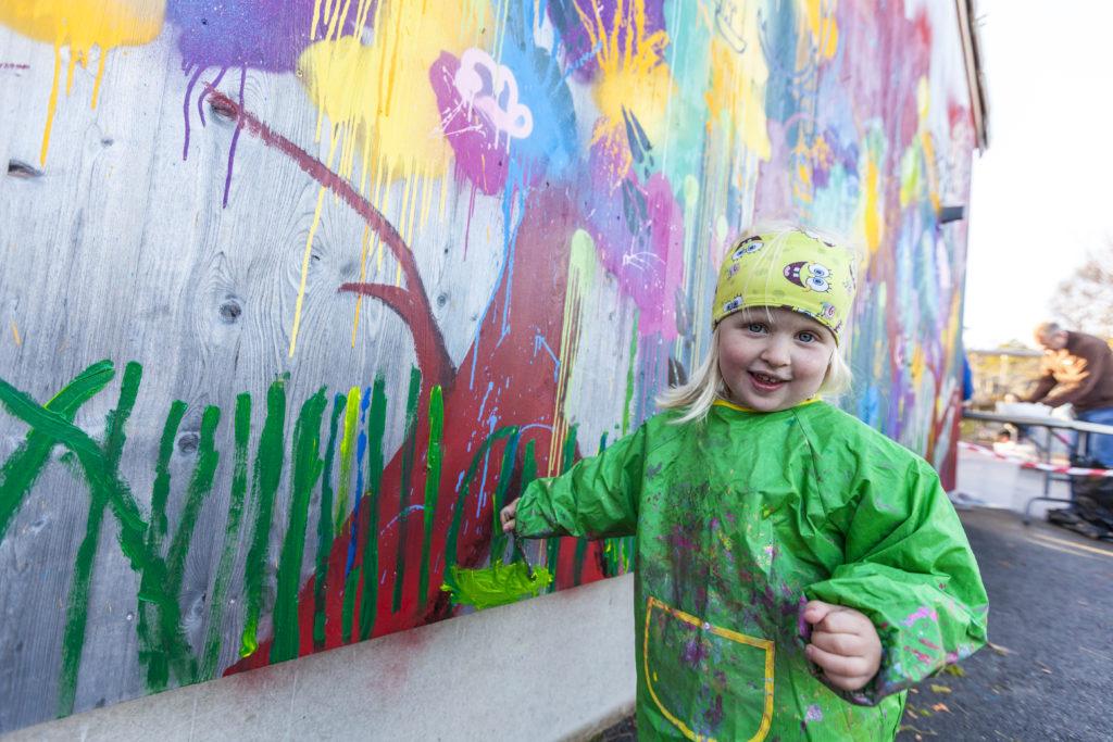 Barn foran maleri