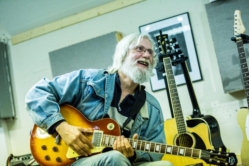 Mann som spiller gitar